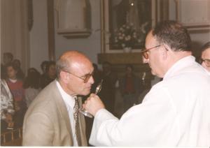 Cegarra besando la reliquia de los Santos Médicos